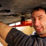Mekaniker reparerer bil